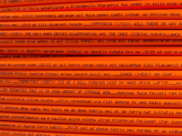 Фото №1 - Голландский художник напечатал текст Библии на проводах