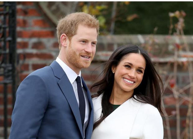 Фото №1 - «Просто Гарри и Меган»: чем новый официальный портрет Сассекских отличается от королевских фото