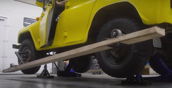 Фото №1 - Русские мужики проверили, станет ли автомобиль проходимей, если прикрутить к колесам доски (видео)