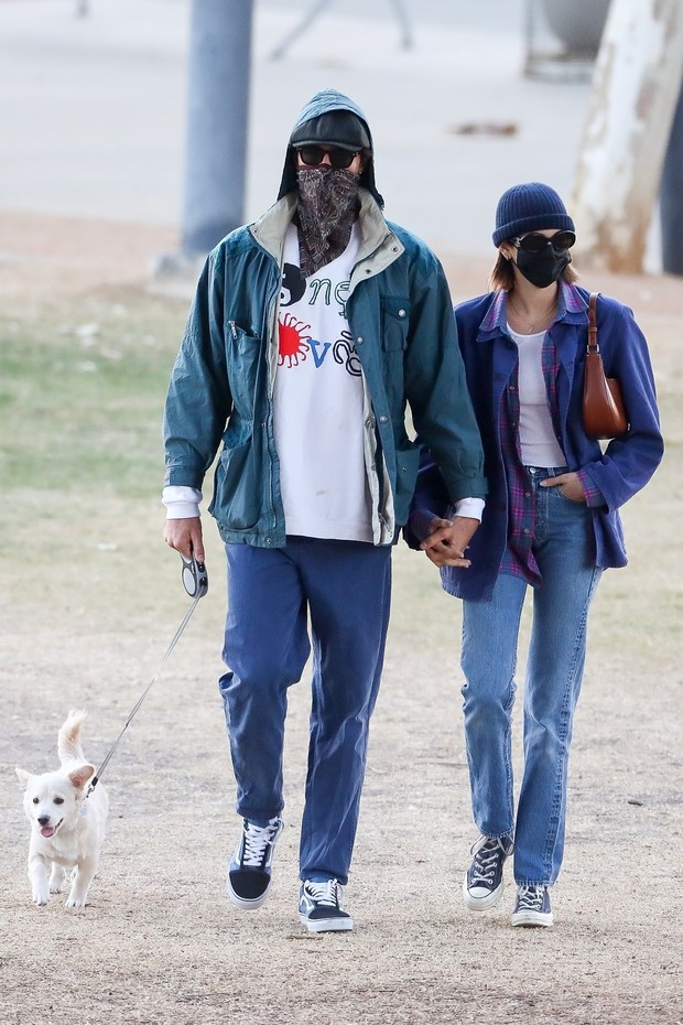 Фото №1 - Девять оттенков синего: супермодель Кайя Гербер и Джейкоб Элорди на стильной и романтической прогулке