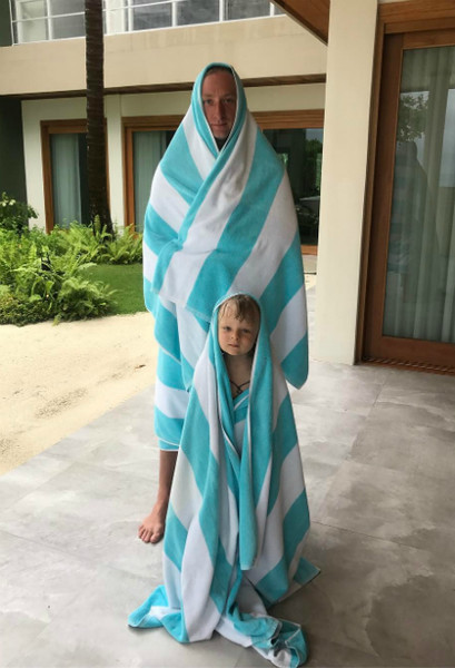 Фото №1 - Плющенко и сын показали фэмили лук. В полотенцах