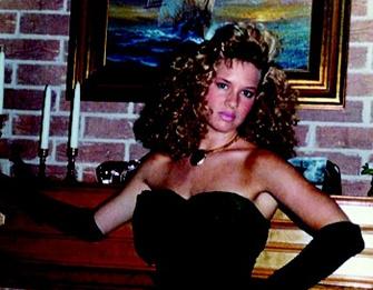 1987 год: выпускница позирует своему бойфренду.