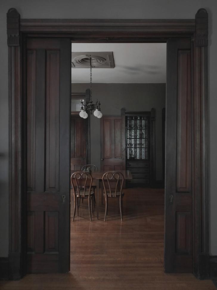 Восстановленные неоготические двери.