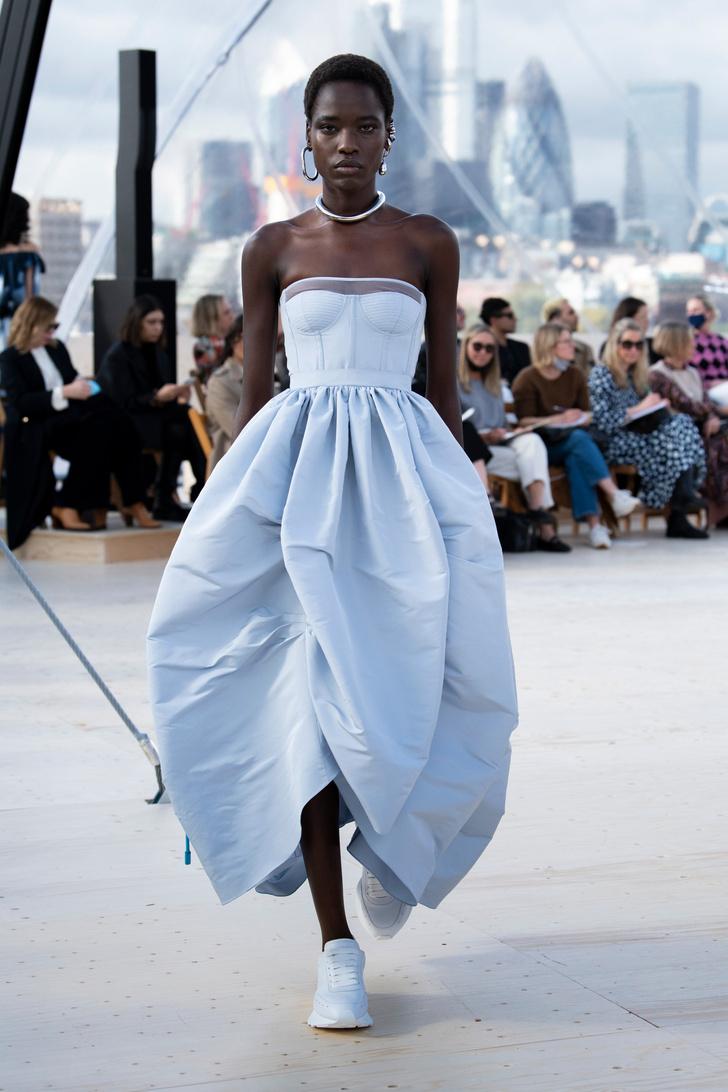 Фото №3 - Платья с облаками, перьями и корсетами: долгожданный показ Alexander McQueen SS22 в Лондоне