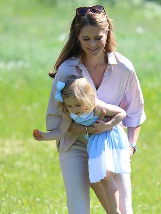 Фото №16 - Самые трогательные фото королевских мам с детьми