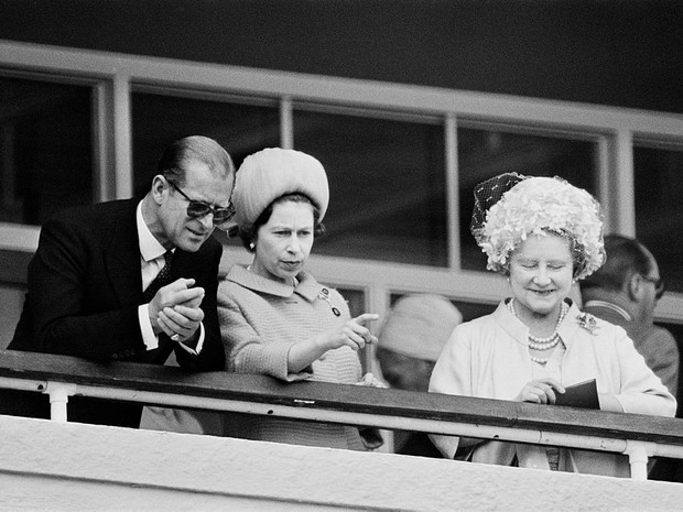Фото №2 - Скандалы Короны: как и почему принц Филипп пытался «изгнать» королеву-мать из дворца