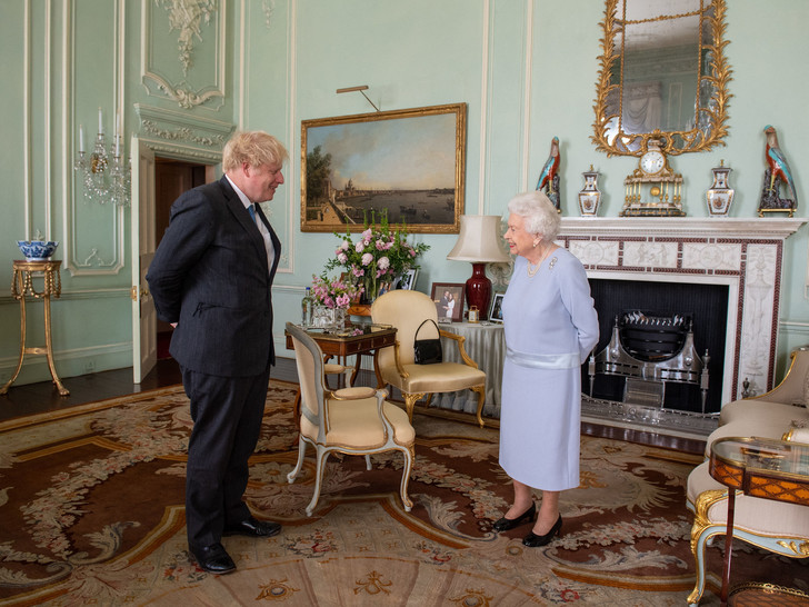 Фото №4 - 7 строгих правил, которые должен помнить каждый, кто лично встречается с Королевой