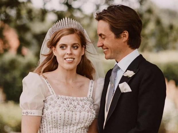 Фото №2 - Не только красивый жест: почему Беатрис вышла замуж в платье Королевы на самом деле