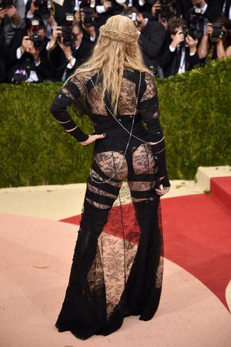 Фото №20 - Королева провокаций: 10 скандальных нарядов Мадонны, которые изменили моду