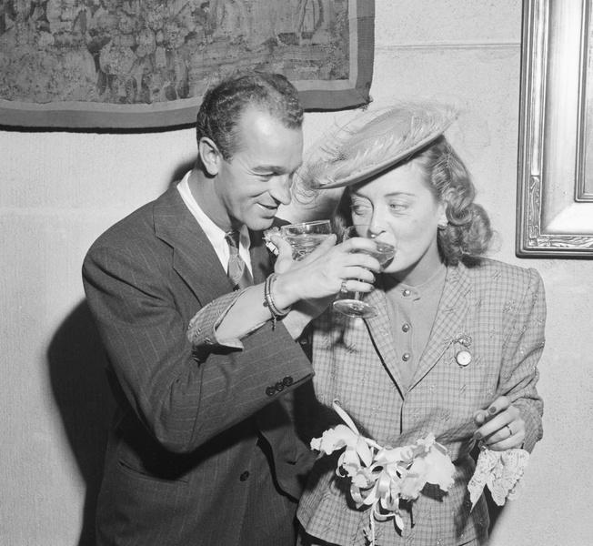 Фото №15 - Как выходили замуж легенды Голливуда: самые красивые ретро-фотографии