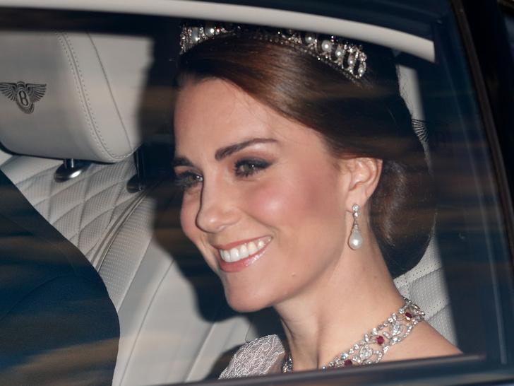 Фото №7 - Диадемы для герцогини: все знаковые выходы Кейт в тиарах