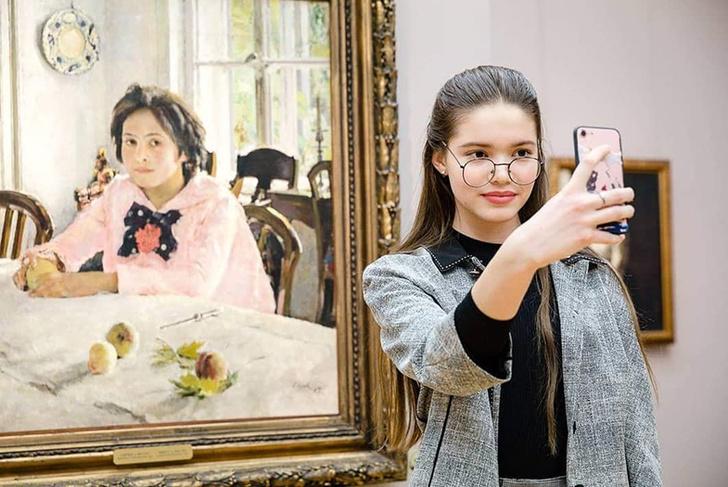 Фото №1 - Все во имя искусства! 16 отважных селфи в музеях