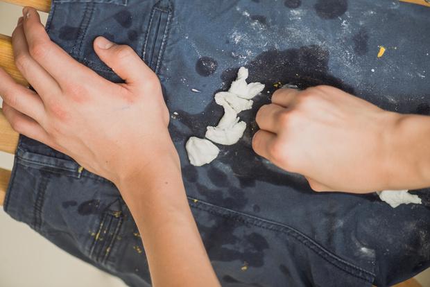 Фото №1 - Как вывести жирные пятна с джинсов за несколько минут