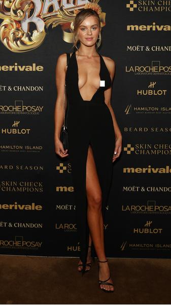 Фото №3 - Подруга 48-летнего миллиардера сверкнула грудью на вечеринке для богачей