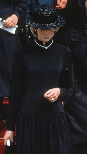 Фото №4 - Грустный повод: история королевского траурного дресс-кода