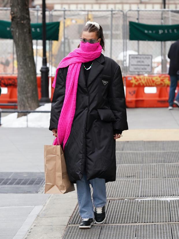 Фото №1 - Яркий шарф + самый модный пуховик-жакет: Белла Хадид показывает, как провести последние холодные дни стильно
