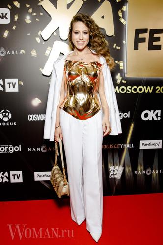 Фото №8 - Валерия удалила лишнее, Бузова вдохновилась собой: как звезды исправили свои модные ошибки на фестивале «Жара»