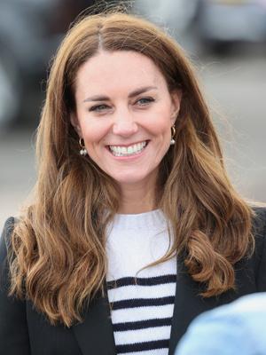 Фото №11 - Клетка, джинсы и костюмы: все наряды герцогини Кейт в туре по Шотландии