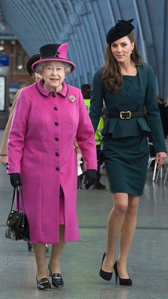 Фото №3 - Особые отношения: как Диана обращалась к Королеве (и почему Меган и Кейт не могут так делать)