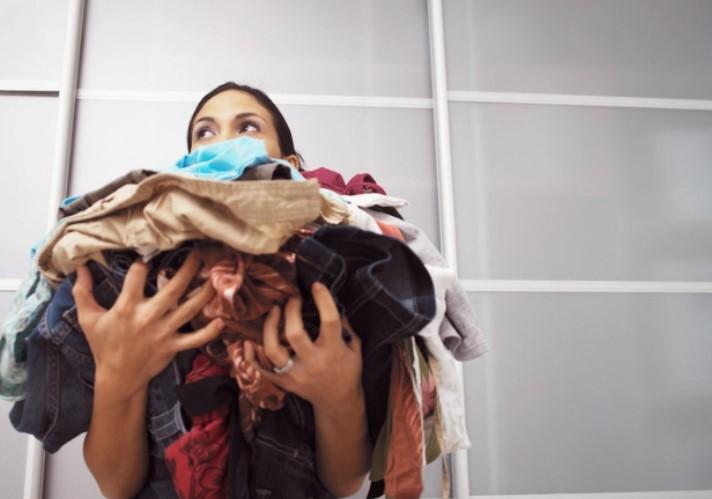 девушка сушит одежду