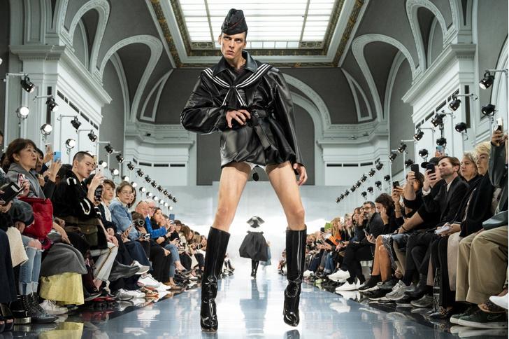 Фото №2 - «Свирепая» походка манекенщика на каблуках рассмешила весь мир и даже Анну Винтур