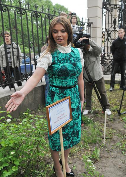Фото №10 - Белые ботфорты, джинсы в стразах: как изменилась Алина Кабаева за последние 15 лет