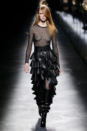Фото №2 - Объемные плечи, неоновые платья и Катрин Денев на шоу Saint Laurent