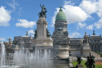 Здание Национального Конгресса своим куполом напоминает вашингтонский Капитолий.