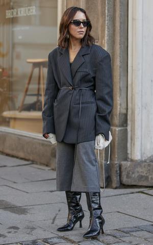 Фото №5 - Как одеваться в серое с головы до ног (и не выглядеть скучно)