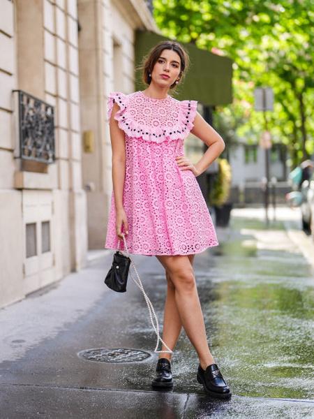 Стильные платья 2021. Мастхэвы сезона 2021. Актуальное платье. Модное платье в цветочек. Стильное платье с кружевом.