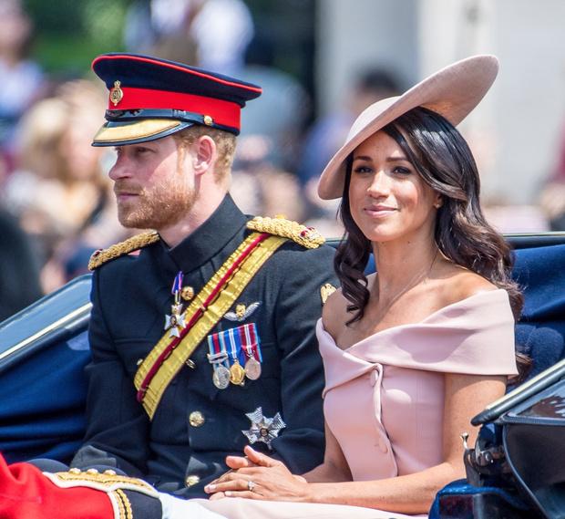 Фото №2 - Ни орденов, ни медалей: Елизавета II готова лишить Гарри и Меган всех титулов