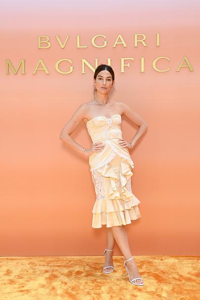Фото №2 - В стиле Кармен: супермодель Лили Олдридж в игривом коктейльном платье оттенка лимонного сорбета