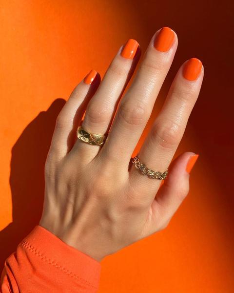 Фото №2 - Янтарная осень: идеи маникюра, макияжа и окрашивания в самом модном оттенке сезона