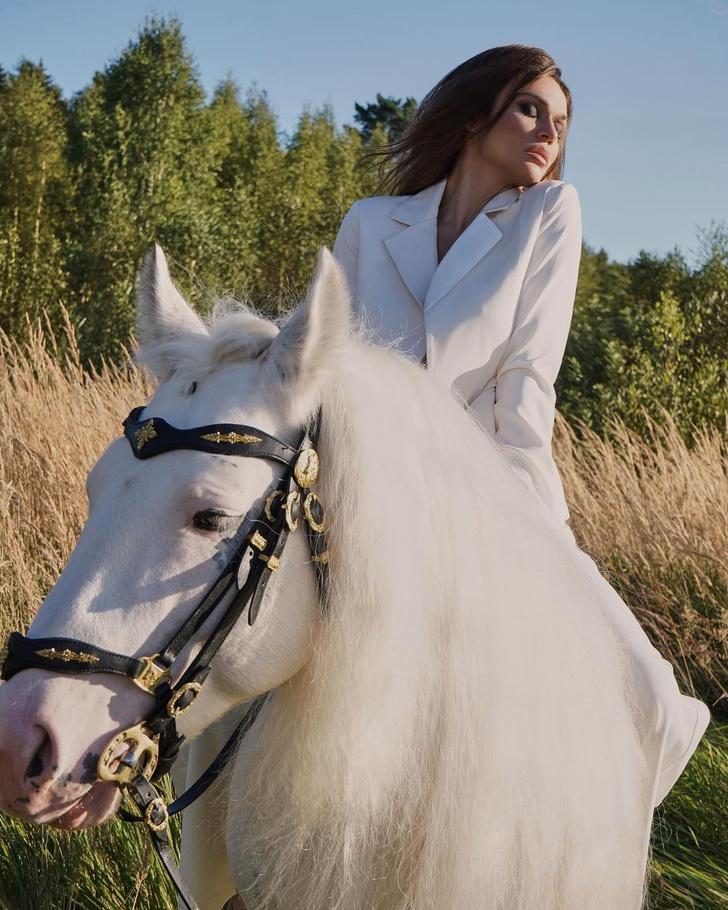 Фото №7 - Конь, которому мы завидуем: ведь на нем сидит голая Алена Водонаева
