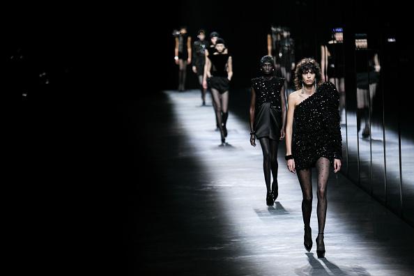Фото №1 - Объемные плечи, неоновые платья и Катрин Денев на шоу Saint Laurent