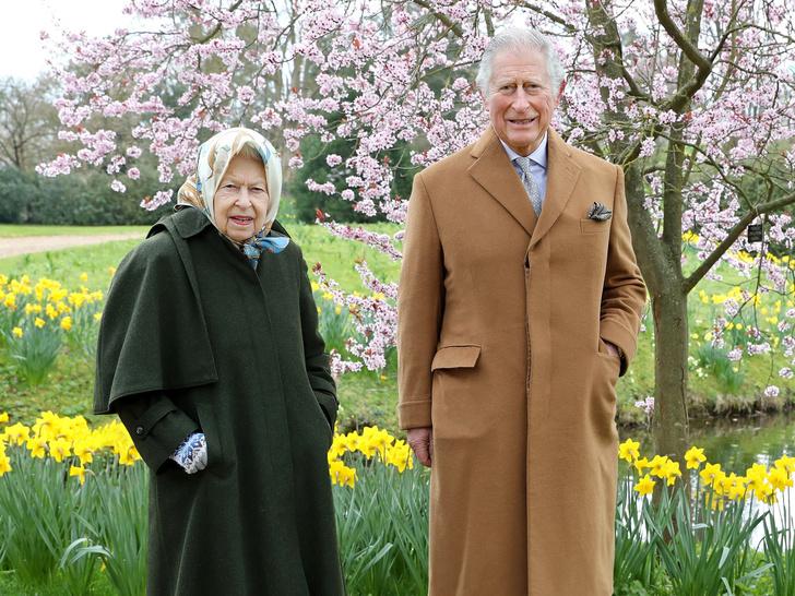 Фото №1 - Прямой намек: какое послание Сассекским зашифровано в пасхальных фото Королевы и Чарльза
