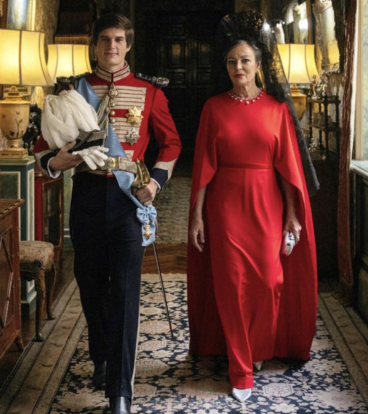 Фото №1 - Черная корона из кружева и красное платье с кейпом: свадебный образ мамы жениха на испанской королевской свадьбе