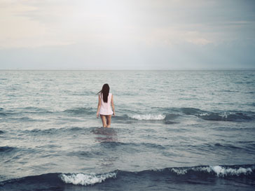 Девушка, заходящая в воду