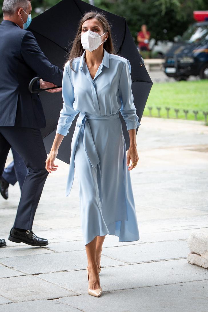 Фото №2 - Воздушное платье небесного оттенка, как у королевы Летиции,— лучшая инвестиция в гардероб