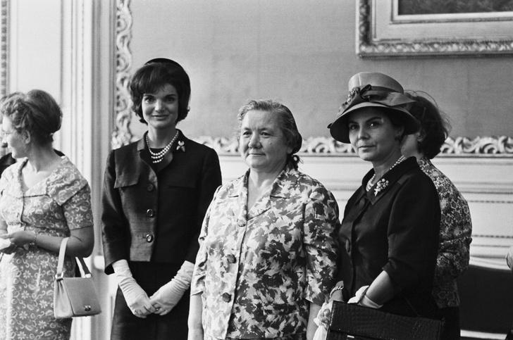 Фото №2 - Советский стиль: как одевались первые леди СССР