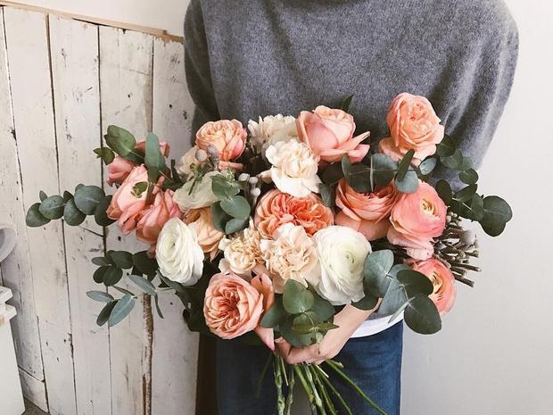 Фото №2 - Бросать или не бросать: топ-9 стильных свадебных букетов, которые вам захочется оставить себе