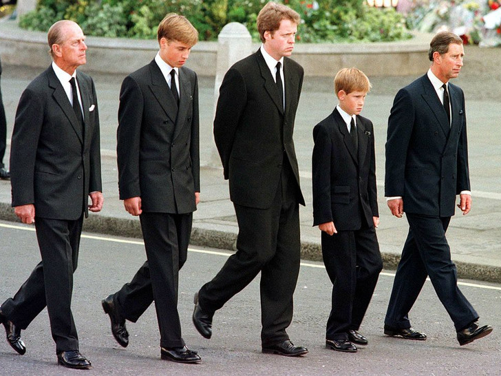 Фото №6 - Любимый дедушка: 25 самых трогательных фото принца Филиппа с внуками