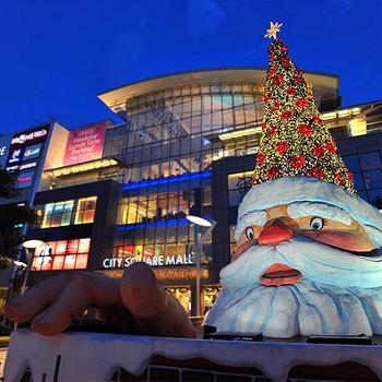 Забавная елка у одного из торговых моллов в Сингапуре: дерево растет прямо на шапке вылезающего из-под земли Санта-Клауса!