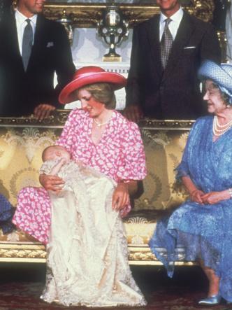 Фото №12 - Самые стильные образы королевских мам на крестинах их детей