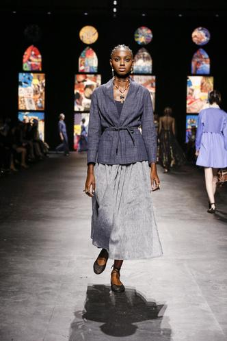 Фото №3 - Мистические витражи и ода культовым писательницам: что означали скрытые символы на показе Dior SS 2021