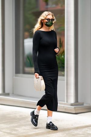 Фото №1 - Любимый микротренд + платье, подчеркивающее женственные изгибы: безупречный образ беременной Эльзы Хоск