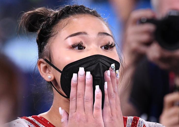Фото №1 - В Сети обсуждают маникюр спортивной гимнастки, взявшей золото на Олимпиаде. Она выступала на всех снарядах с наращенными ногтями