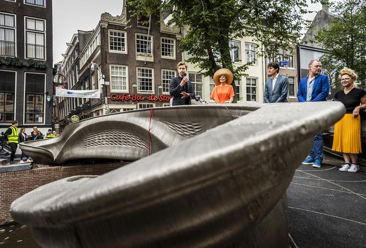 Фото №1 - В Амстердаме открыли мост, напечатанный на 3D-принтере роботами