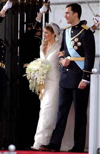 Фото №10 - От Елизаветы до Летиции: секретные детали свадебных платьев принцесс и герцогинь