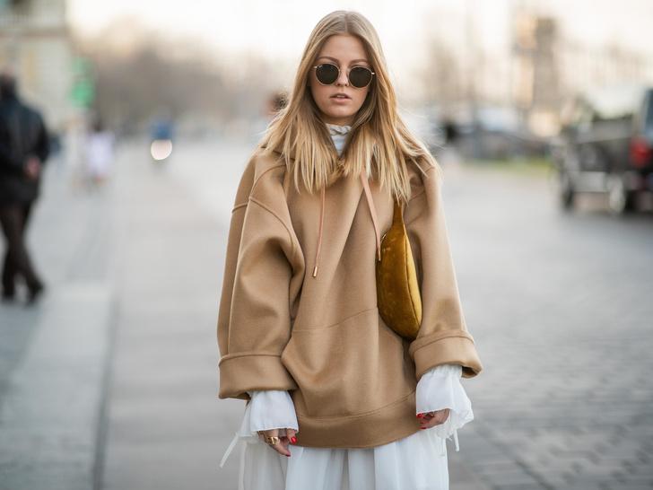 Фото №10 - С чем носить объемное худи: 8 стильных сочетаний с главной вещью года